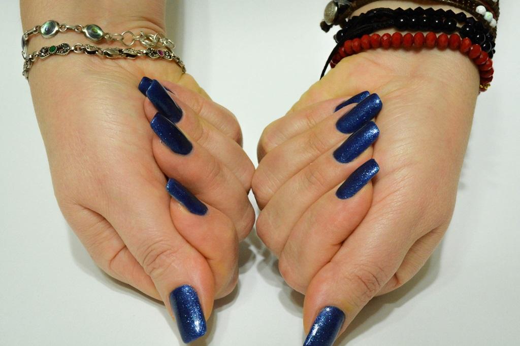 Albastru pe unghii