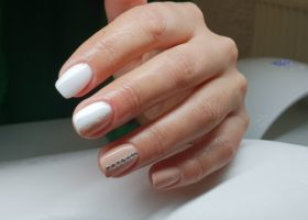 Manichiura – culori deschise si modele simple