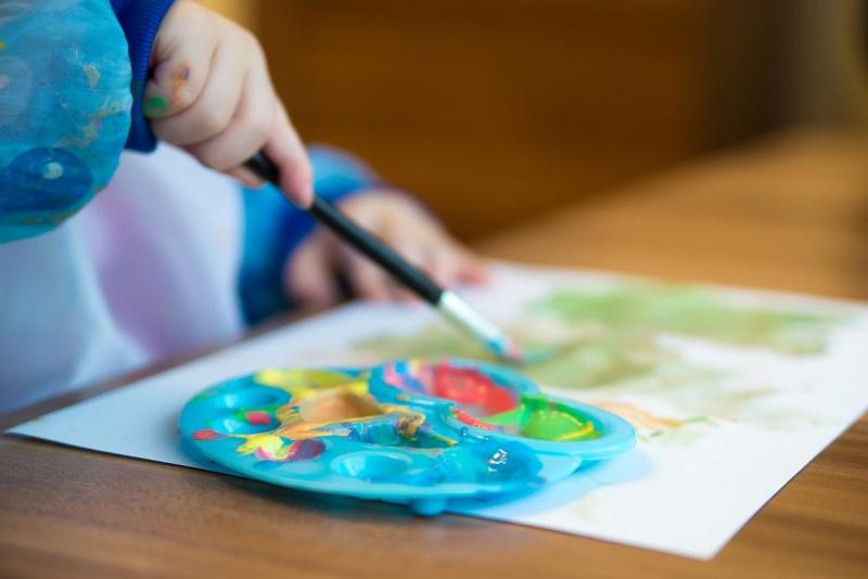 Cum iti poti distra copiii in vreme ce stau in casa. Idei distractive de jocuri inside home!