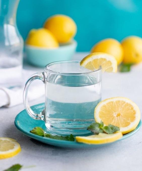 12 Beneficii ale consumului de apă caldă cu lămâie